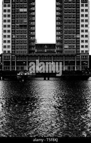 La fotografía de un residencial moderno en forma de U y el edificio de oficinas. Imagen De Stock