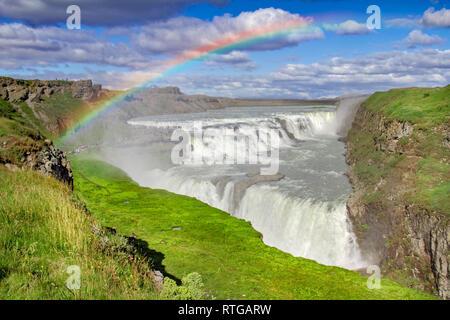 Enorme cascada Gulfoss en Islandia con arco iris Imagen De Stock