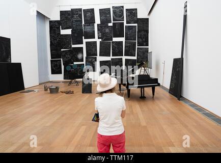Mujer mirando su instalación de arte, Sala de la Capital (Das Kapital Raum) por Joseph Beuys en la Hamburger Bahnhof en Berlín, Alemania Imagen De Stock