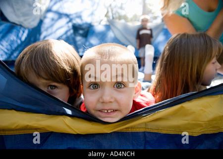 Un grupo de niños en una tienda de campaña Imagen De Stock