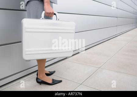 La empresaria africana sosteniendo el maletín Imagen De Stock