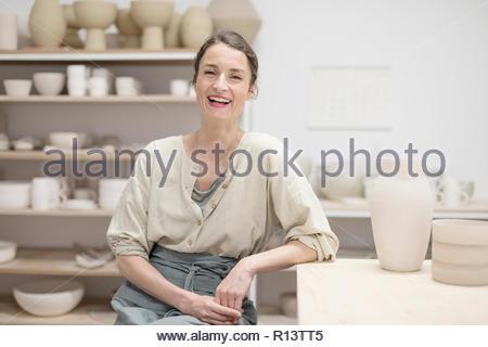 Interiores retrato de una mujer sonriente Imagen De Stock