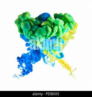 Formación de tinta multicolor sobre fondo blanco. Imagen De Stock