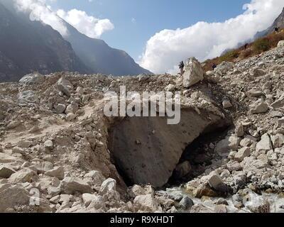 Gran cantidad de escombros en Langtang village, Nepal. Es causada por el terremoto de 2015. Más de 200 personas y diversos edificios recostados bajo el rubbis Imagen De Stock