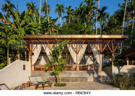 Restaurante al aire libre con solárium. Jalakara Villa Hotel, Islas Andamán y Nicoar, India. Arquitecto: Ajith Andagere, 2016. Imagen De Stock