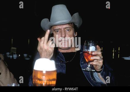 El actor norteamericano Dennis Hopper en el bar del hotel InterContinental en Berlín durante el rodaje de la película White Star, dirigido por Rolando Klick. Alemania, noviembre de 1981 Imagen De Stock