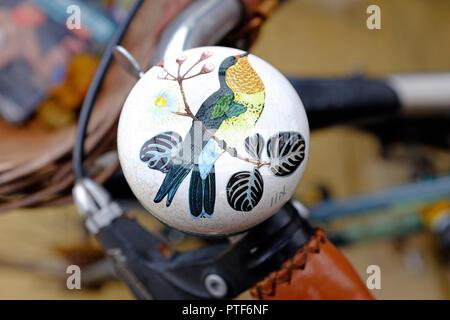 Aves decorativas pintadas en bicicleta bell Imagen De Stock