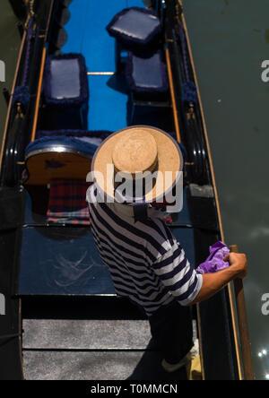 Un alto ángulo de visualización de un gondolero italiano, la región de Veneto, Venecia, Italia Imagen De Stock