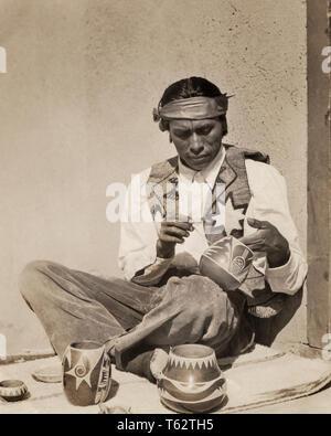 1930 Native American MAN ACRISTALAMIENTO PINTURA CERÁMICA SAN ILDEFONSO PUEBLO NUEVO MÉXICO - i1580 HAR001 HARS B&W NORTEAMÉRICA ángulo alto ocupaciones imaginación elegante pueblo nativo americano cooperación creatividad mediados de mediados de hombre adulto adultos nativos americanos DISEÑOS EN BLANCO Y NEGRO HAR001 Ildefonso a la antigua usanza indígena Imagen De Stock
