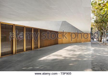 Puertas en teatro. Nuevo Teatro de Shanghai, Shanghai, China. Arquitecto: Neri & Hu, 2017. Imagen De Stock