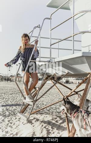 Mujer joven con perros con un socorrista tower Imagen De Stock