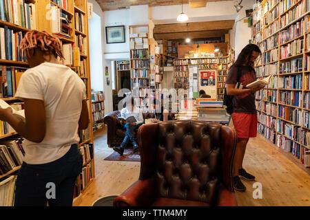 Clientes hojeando libros dentro de St Georges librería de segunda mano en Prenzlauer Berg, Berlín, Alemania Imagen De Stock