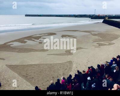 Folkestone, Reino Unido. 11 Nov 2018. Danny Boyle arena retrato de Sunny Sands Beach en Folkestone para el 100 aniversario del final de la I Guerra Mundial. Wilfred Owen retrato en la arena: Crédito nobleIMAGES/Alamy Live News Imagen De Stock
