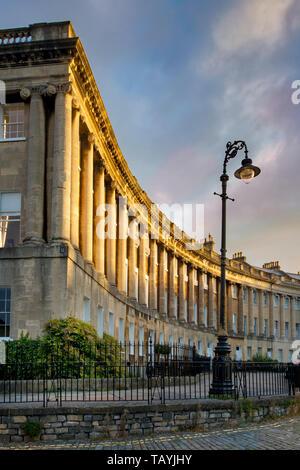 Amanecer sobre las casas georgianas de la Royal Crescent (construido en 1767-1774), Bath, Somerset, Inglaterra Imagen De Stock