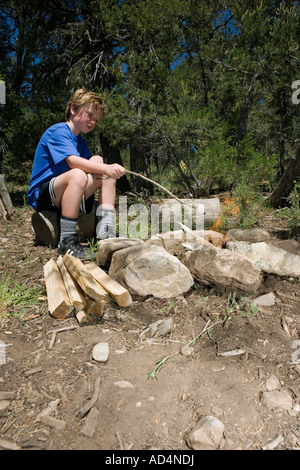 Un joven malvavisco tostado por un fuego de campamento Imagen De Stock
