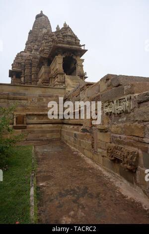 SSK - 696 bellamente y exquisitamente ordenados Templo Kandariya Mahadev denominado dedicado al dios hindú Shiva El Señor con esculturas y tallas Khajuraho, Madhya Pradesh, India Asia el 15 de diciembre de 2014 Imagen De Stock
