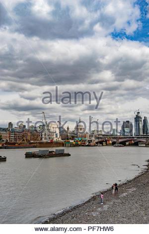 Vista de la ciudad de Londres con la Catedral de San Pablo desde la orilla sur del río Támesis Imagen De Stock