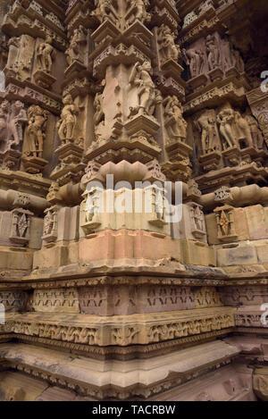 SSK - 676 bellamente y exquisitamente ordenados como templo llamado Vamana dedicado al dios hindú Señor Vamana una encarnación del Señor Vishnu con esculturas y tallas Khajuraho, Madhya Pradesh, India Asia el 14 de diciembre de 2014 Imagen De Stock