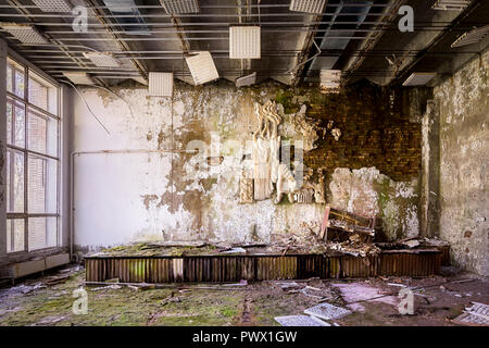 Vista desde el interior del hospital abandonado 126 en Chernobyl, Ucrania. Imagen De Stock