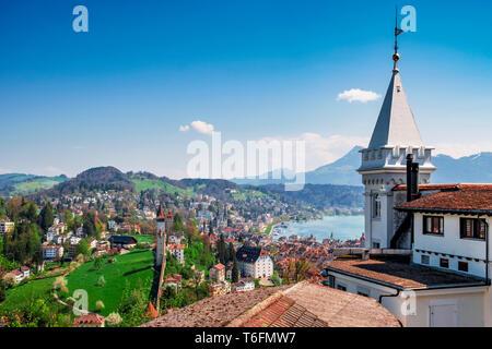 Vistas de Lucerna con Museggmauer Guetsch desde el castillo. Imagen De Stock