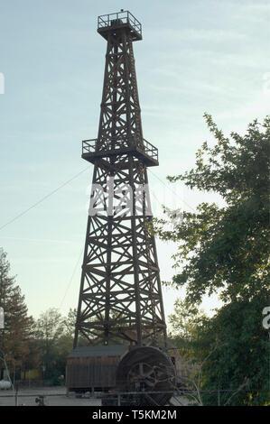 Aceite de madera histórico derrick, West Kern el museo del aceite en Taft, California. Fotografía Digital. Imagen De Stock