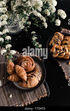 Croissants recién horneados en el cuadro negro Imagen De Stock