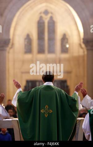 La Eucaristía, el sacerdote, en la misa católica, la basílica de Notre-Dame du Perpetuel Secours, Imagen De Stock
