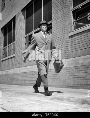 1950 1960 OCUPADO SU AUTOCONFIANZA VENDEDOR CAMINAR, abajo de las calles de la ciudad vestidos de top coat HAT CELEBRACIÓN MALETÍN sonriendo - s7416 HAR001 HARS ALEGRÍA VELOCIDAD LIFESTYLE SATISFACCIÓN CELEBRACIÓN SALUBRIDAD COPIA DE LONGITUD COMPLETA DEL ESPACIO FÍSICO DE PERSONAS INSPIRACIÓN CUIDADO MASCULINO EXPRESIONES DE CONFIANZA B&W AUTO ÉXITO VISIÓN traje y corbata vendiendo felicidad alegre FUERZA LA ESTRATEGIA DE SERVICIO AL CLIENTE DE ÁNGULO bajo el liderazgo de emoción pujante progreso dirección soberbia oportunidad autoridad ocupaciones sonrisas alegres conceptuales animados elegante Seguros mediados de-adulto hombre adulto medio vendedores top coat Imagen De Stock