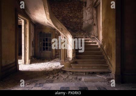 Vista interior con una escalera en un edificio abandonado en Francia. Imagen De Stock