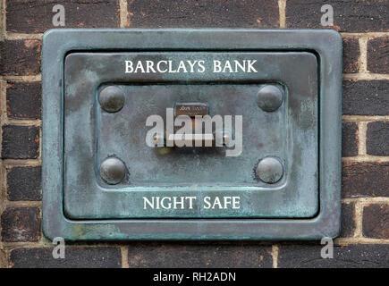 Barclays Bank noche vieja caja fuerte en la pared de ladrillo Imagen De Stock