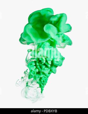Tinta verde sobre fondo blanco. Imagen De Stock