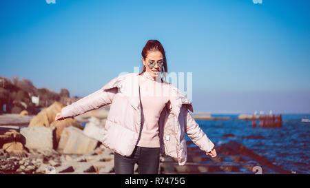 Mujer adulta media elegante equilibrio sobre playa, Odessa, Odeska Oblast, Ucrania Imagen De Stock