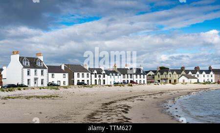 Vista de casas encaladas en Port Ellen de Islay en el interior de islas Hébridas, Escocia, Reino Unido Imagen De Stock