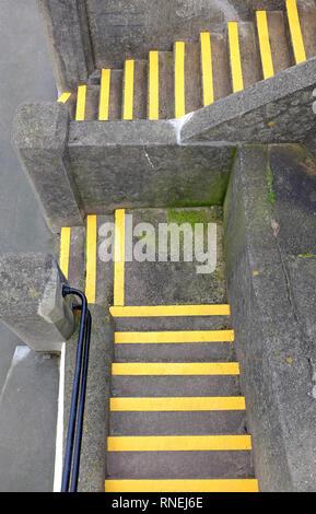Pasos concretos que conducen con líneas de seguridad pintados de amarillo, sheringham, North Norfolk, Inglaterra Imagen De Stock