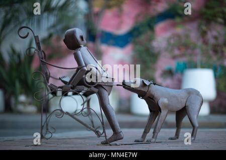 Una escultura en hierro forjado en las calles coloridas de Getsemani, Cartagena, Colombia, Sur America Imagen De Stock