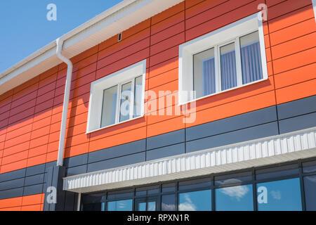 La arquitectura moderna. Casa modernizada, con una fachada de color naranja. Imagen De Stock