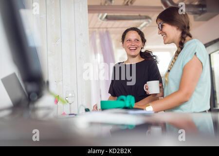 Dos mujeres sonriendo en la oficina Imagen De Stock