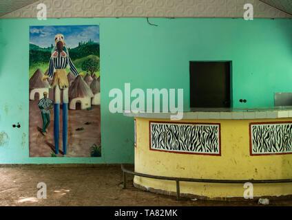 Barra vacía decorado con un mural depitinf un bailarín enmascarado de la tribu de Dan, Región Tonkpi, hombre, de Costa de Marfil Imagen De Stock