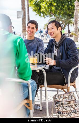 Amigos varones en la cafetería Imagen De Stock