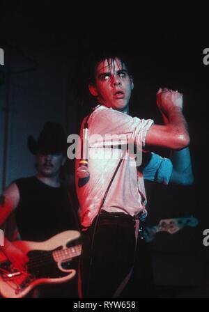 Nick Cave y su banda La fiesta de cumpleaños en el escenario del Versuchfeld en Hamburgo, Alemania. Junio 26, 1982 Imagen De Stock