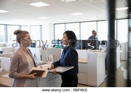 Hablando de empresarias en Office Imagen De Stock