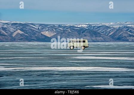 Van conduciendo a través del lago Baikal, en Siberia, Rusia Imagen De Stock