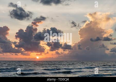 Las nubes de colores en la puesta de sol sobre el Golfo de México, Naples, Florida, EE.UU. Imagen De Stock