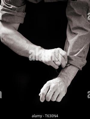 1930 1940 1950 Hombre de enrollar las mangas de camisa PREPARÁNDOSE PARA IR A TRABAJAR - s9419 HAR001 HARS INICIAR B&W habilidades de liderazgo habilidades de ocupación laboral PARA UN EMPLEO OCUPACIONES CONCEPTO CONCEPTUAL MANGAS AYUDAR soporte empleado conceptos simbólicos EN BLANCO Y NEGRO la etnia CAUCÁSICA MANOS SÓLO HAR001 TRABAJADORAS REPRESENTACIÓN ANTIGUA Imagen De Stock
