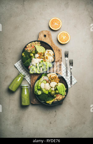 Cena, Almuerzo saludable. Plano de laicos superbowls vegano o Buda cuencos con hummus, ensaladas frescas, verduras, frijoles, cuscús y aguacate a bordo Imagen De Stock