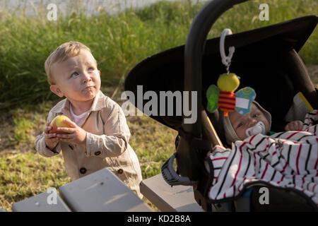 Los bebés varones (18-23 meses, 0-1 meses) Imagen De Stock