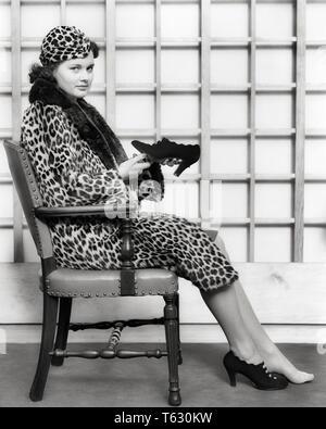 1930 1940 mujer vistiendo la piel de leopardo HAT CUBRA CON GUARNECIDO DE PIELES SHOPPING sentado mirando a la cámara tratando a un par de zapatos de tacón alto - s7326 HAR001 HARS LUJO Espacio COPIA DE LONGITUD COMPLETA SEÑORAS PERSONAS CONFIANZA EXPRESIONES PIEL B&W SHOPPER CONTACTO OCULAR SHOPPERS FELICIDAD AVENTURA EL SERVICIO AL CLIENTE Y LA OPCIÓN intentar recortar las tiendas elegantes de tacón cooperación mujer adulta joven EN BLANCO Y NEGRO la etnia CAUCÁSICA HAR001 High Heels ANTICUADO Imagen De Stock