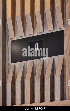 Paneles de madera en ascensor vestíbulo. 8 Bloomsbury, Londres, Reino Unido. Arquitecto: Buckley gris Yeoman, 2017. Imagen De Stock