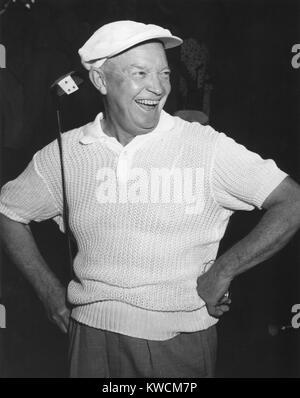 El presidente Dwight Eisenhower sonriendo mientras que el golf. Ca. 1954. - (BSLOC_2014_14_33). Imagen De Stock