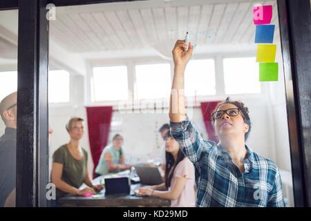 Grupo de compañeros brainstorming en Office Imagen De Stock